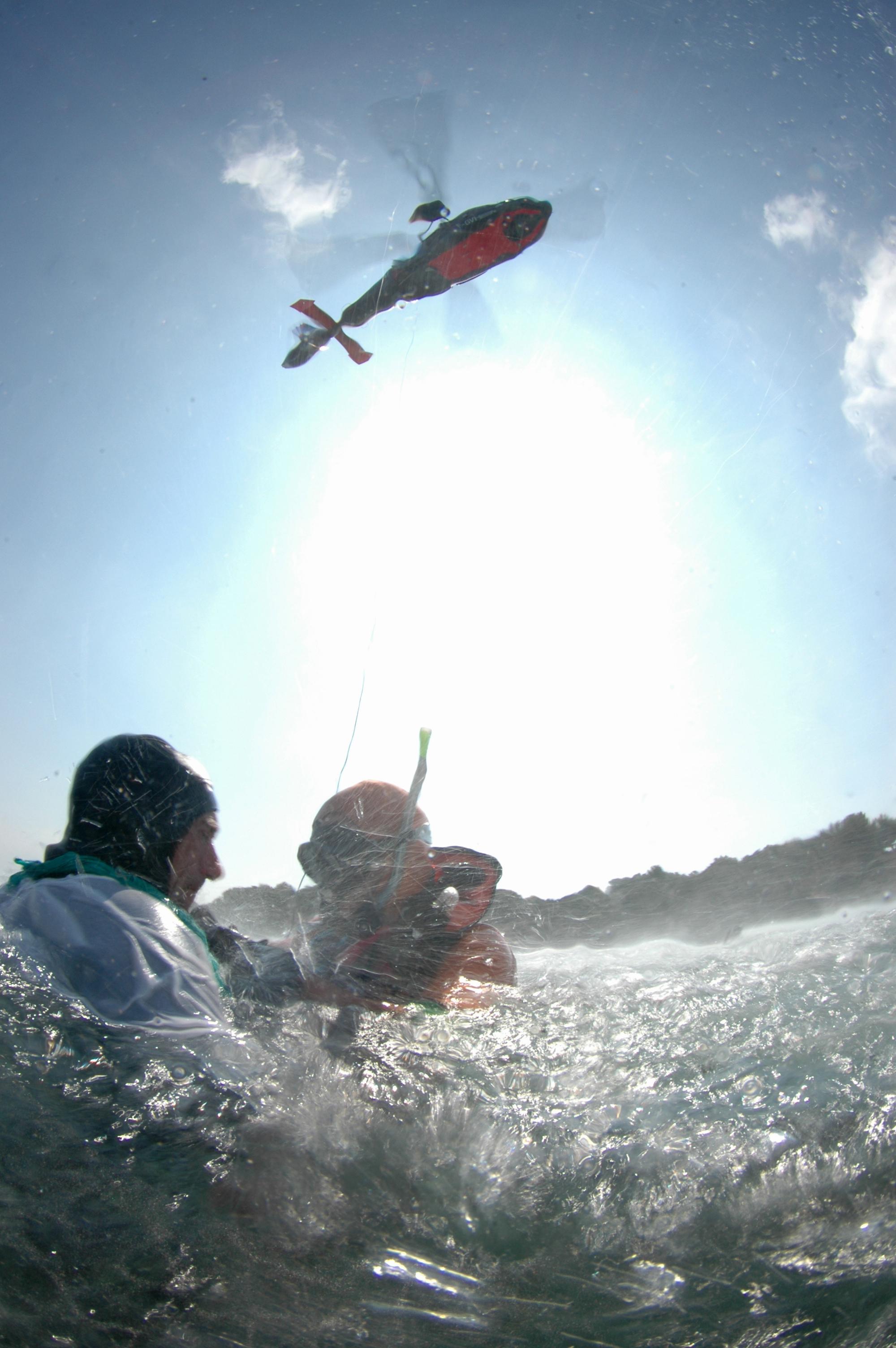 Secours porté par un sauveteur nageur hélitreuillé