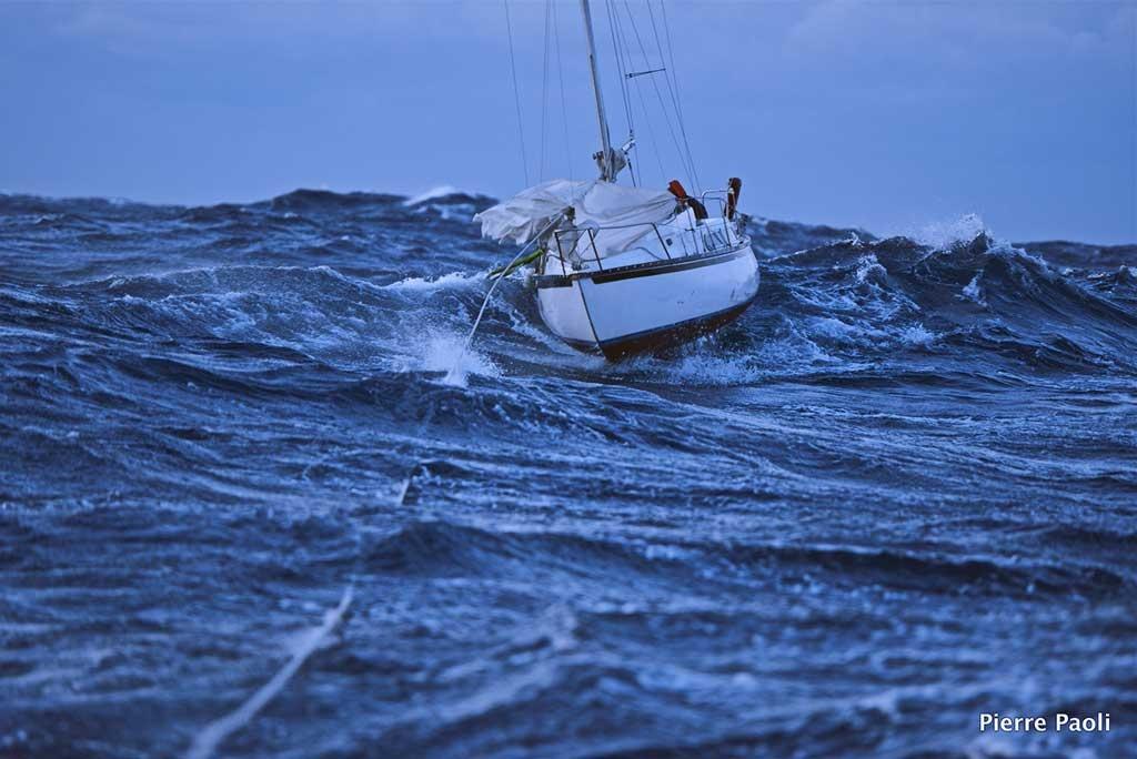 Secours et remorquage d'un voilier en difficulté dans une mer formée