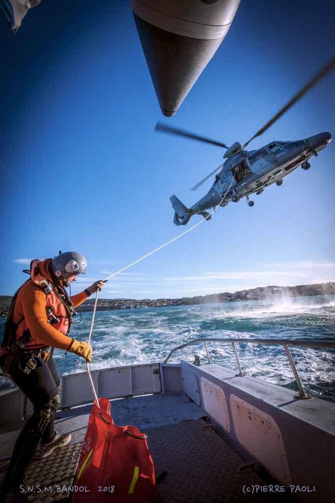 Exercice d'hélitreuillage entre la vedette de la SNSM et l'hélicoptère Hélios de la Marine Nationale